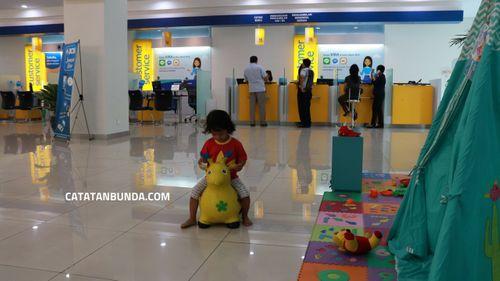 anak bermain di playground saat ganti paspor bca terbaru di kantor BCA dago bandung - catatan bunda